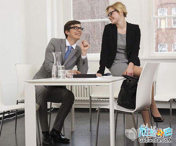 男下属喜欢什么样的女上司 公司男同事喜欢你的表现