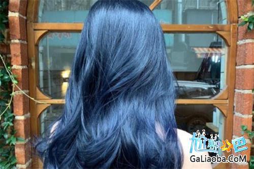 蓝黑色头发掉色过程详解